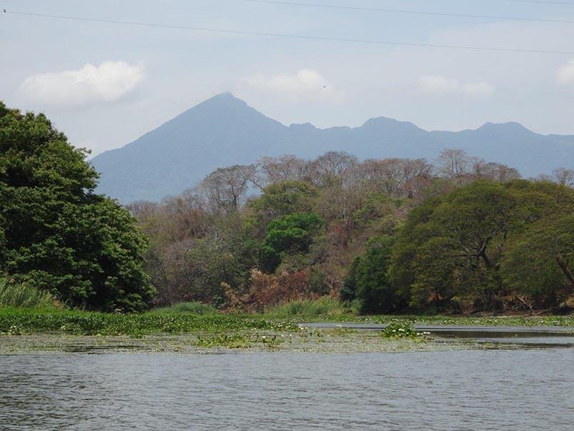 Landschaft mit Vulkan im Hintergrund