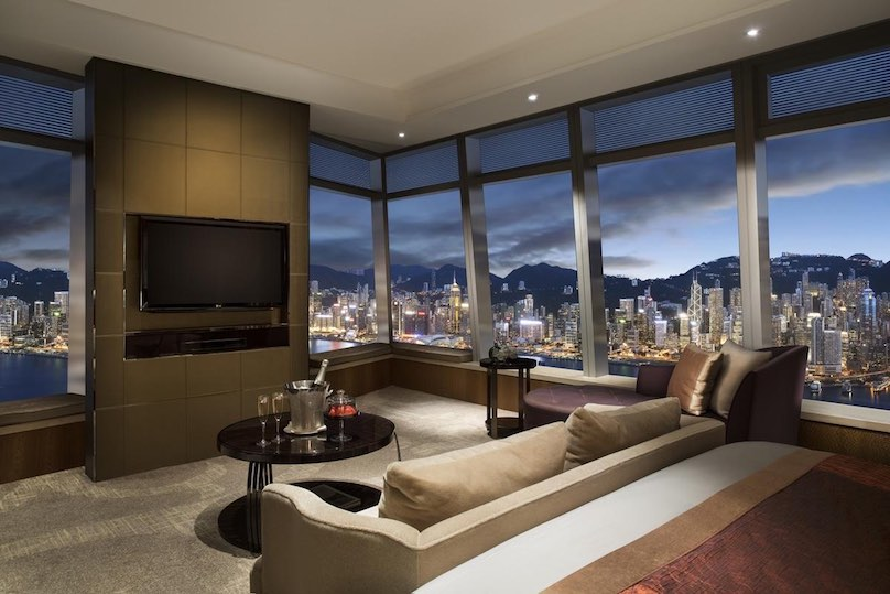 Im Luxushotel The Ritz Carlton in Hong Kong ist man dem Himmel ganz nah. Wäre Hong Kong nicht so interessant, es würde Spaß machen die Luxusreise nur im ICC-Turm, im Ritz Carlton zu verbringen.