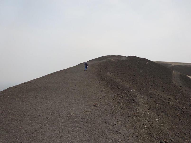 Alexandra Schindler geht auf dem Vulkan spazieren