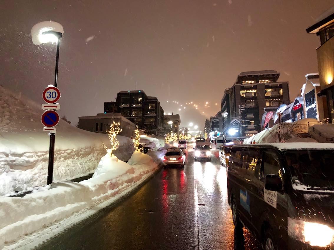 Skifahren in NIseko - beheizte Straße