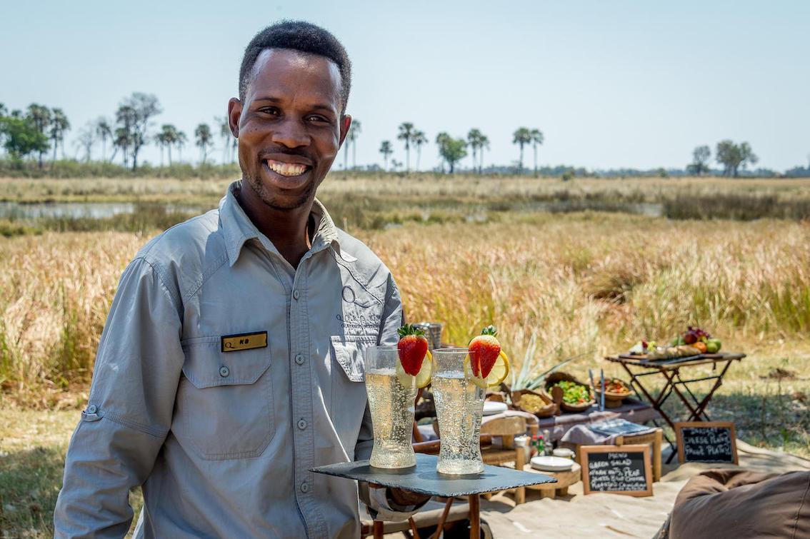 qorokwe_Camp Mitarbeiter mit Cocktails