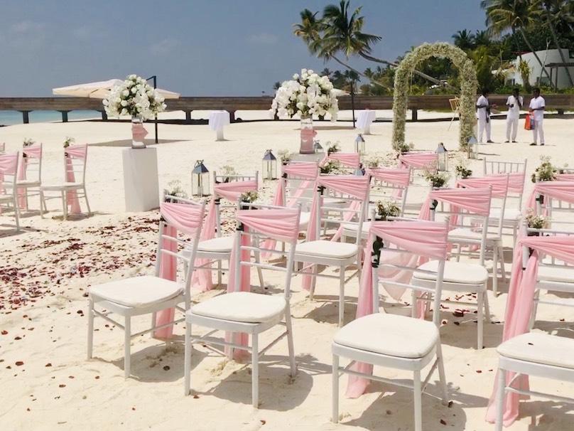 Heiraten auf den Malediven Stühle und Altar