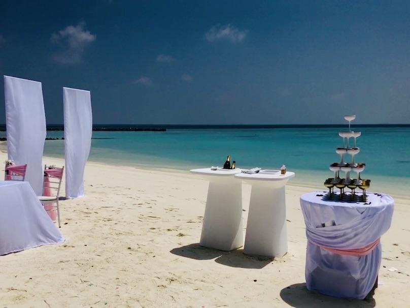 Malediven Hochzeit Champagner Glaeser