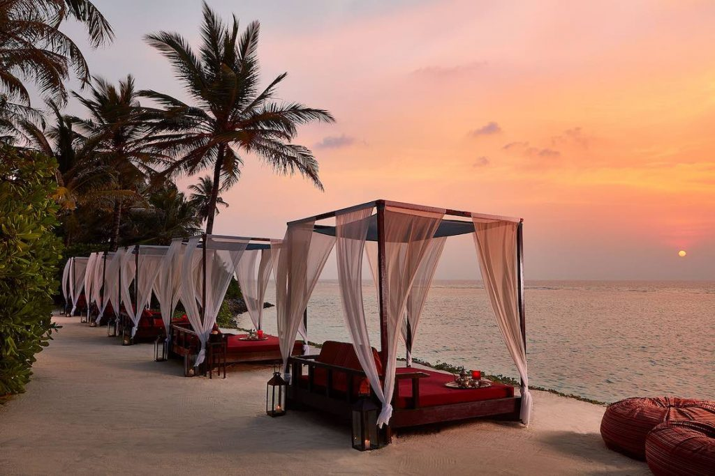One and Only Reethi Rah Sunset Bar mit Liegen