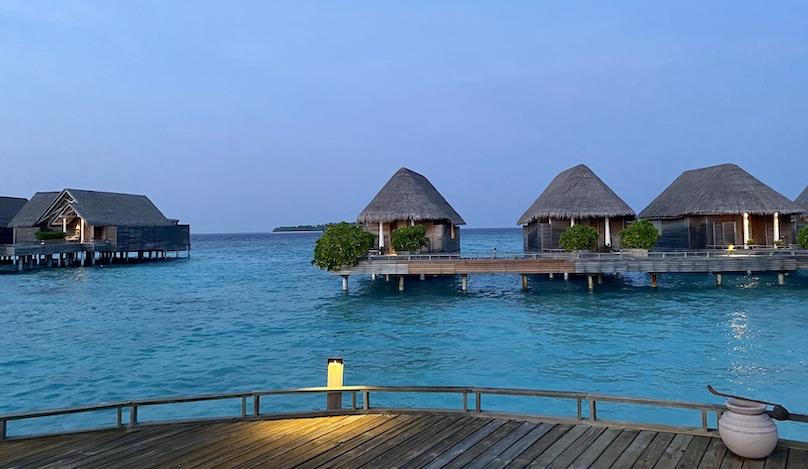Maldiven Water Villas vom Holzsteg aus gesehen