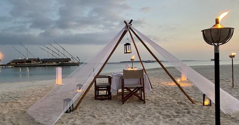 Malediven Essen am Strand mit Fackeln