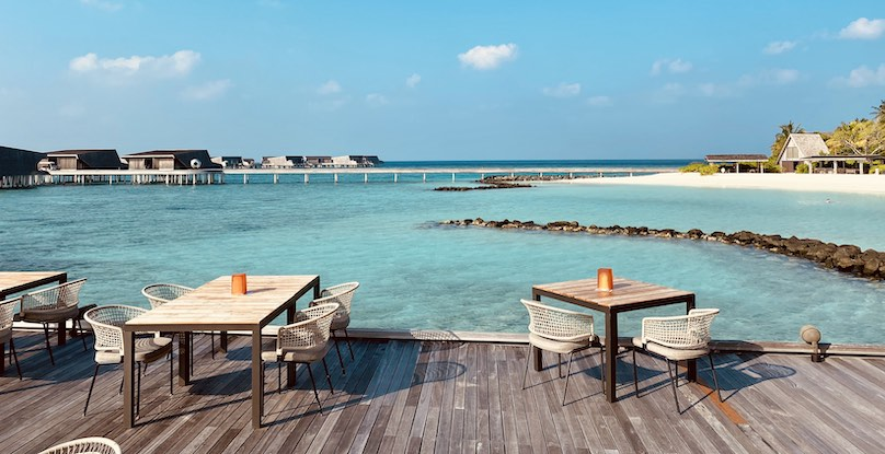 The Whale Bar St. Regis Maldives mit Blick zum Strand